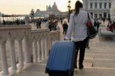 Venezia bandisce i trolley ai turisti per evitare danni ai masegni