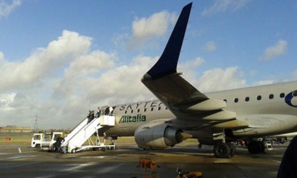 Alitalia, ecco il nuovo piano: 2.400 esuberi, taglio stipendi fino al 30%