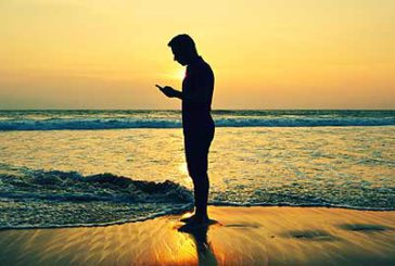 Neanche in vacanza si rinuncia a smartphone e social network