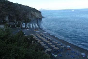 Lipari, sequestrati ombrelloni in spiaggia