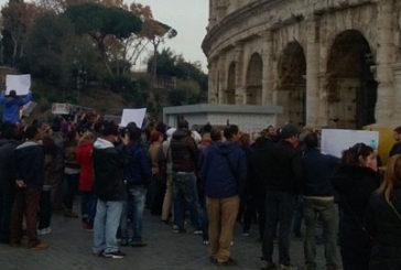 TO si incatenano davanti il Colosseo