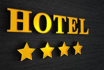Booking.com, le stelle degli hotel e le guide: inizia la lotta di Centinaio all'abusivismo