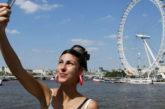 Selfie in cambio di like: i millennial amano vantarsi dei loro viaggi sui social