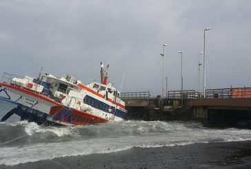Aliscafo urta banchina porto Stromboli, tecnici al lavoro per rimuoverlo