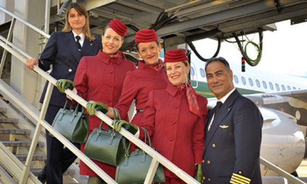 Alitalia da oggi in volo hostess e steward con le nuove for Cambio orario volo da parte della compagnia
