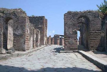 Pompei, turista inglese ruba tasselli mosaico. Fermata dai carabinieri