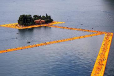 Turisti catalizzati dalla passerella di Cristo sul lago Iseo