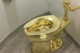 Al Guggenheim il provocatorio wc d'oro di Cattelan ad uso dei visitatori