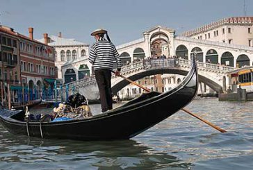 Venezia, giri gondola gratis per veneziani da royalty logo gondolieri?