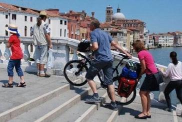 Venezia, stop anche alle bici portate a mano per calli e campi