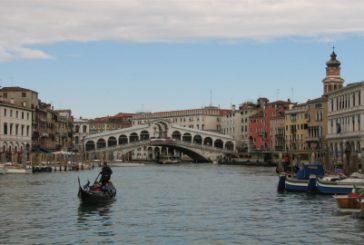 Turista giapponese fa surf tra i canali di Venezia. Bloccato dalla polizia
