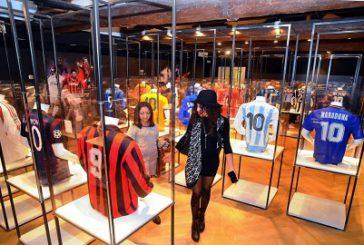Magliette, scarpe e trofei di calciatori in mostra a Milano