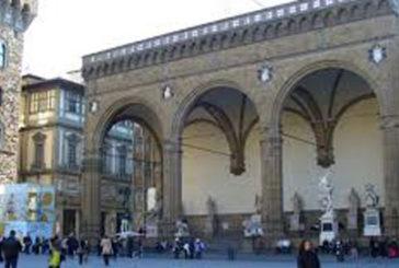 Firenze, americano fa pipì nella Loggia dei Lanzi, in arrivo multa salata