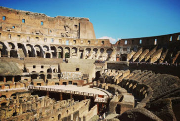 Turista indiano stacca frammento laterizio dal Colosseo, denunciato