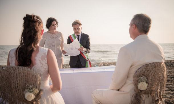 Matrimonio Spiaggia Viareggio : Sulla spiaggia di viareggio il primo destination wedding