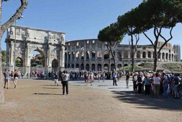 Turista inglese incide nome nell'area archeologica del Colosseo: fermato
