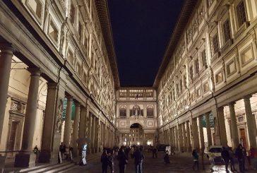 Fanno pipì nel loggiato Uffizi a Firenze, multati due turisti