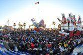 Viareggio, per il Carnevale sfilano le macchine di cartapesta più grandi del mondo