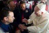 Matrimonio in volo, il Papa sposa hostess e steward di Latam