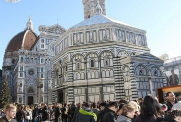 Firenze, al via multe a chi mangia su marciapiedi in centro. Sanzioni fino a 500 euro