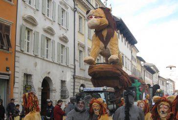 Per Carnevale a Trento sfilano carri e giochi per bambini