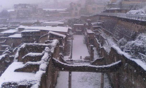 Gelo e maltempo: storica nevicata anche su Napoli. Trasporti nel caos