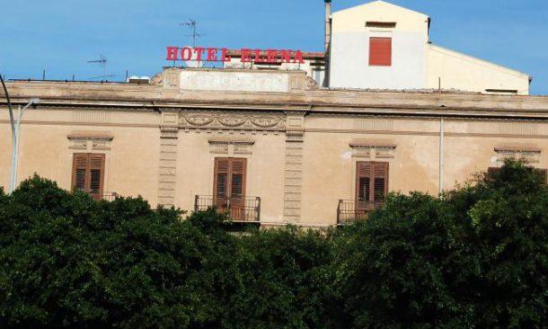Palermo, occupato l'ex albergo Elena da 7 famiglie di senzatetto