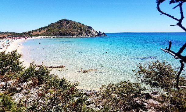 In Sardegna tra tassa di soggiorno e spiagge a numero chiuso ...
