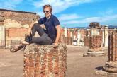 Pompei, turista francese si fa foto su antica colonna: sdegno sui social