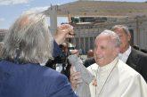 Cuticchio regala un piccolo pupo a Papa Francesco