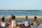 Yoga in spiaggia a Civitanova Marche con 'Sì Yoga Tour'