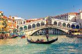 Coppia turisti americani fa bagno in Canal Grande a Venezia, denunciati