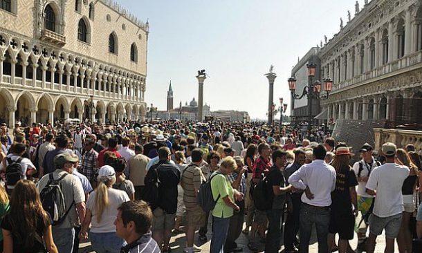 Via libera alla tassa di sbarco a Venezia: norma contro il \'mordi e ...