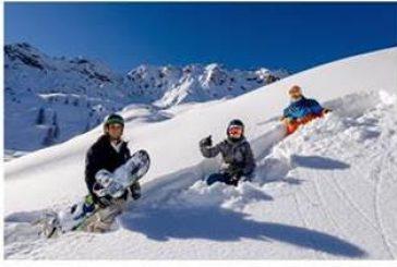 Sciare in gruppo, di mattina e per pochi giorni: ecco le abitudini degli italiani sugli sci