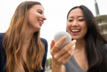 Stop ai confini linguistici con Pocketalk, dispositivo per la traduzione simultanea