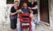 Basta una sedia rossa per scoprire Mezzano di Primiero, uno dei Borghi più Belli d'Italia