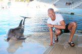 Foto con il delfino Ulisse per Giovanni Vernia ad Oltremare e Aquafan