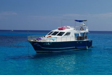 Barca carica di turisti contro scogli a Lampedusa: paura ma nessun ferito