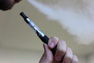 Usa, richiesta alla Faa per abolire le sigarette elettroniche in aereo